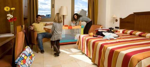 1295-4776-expohotelvalenciafamilyroom1
