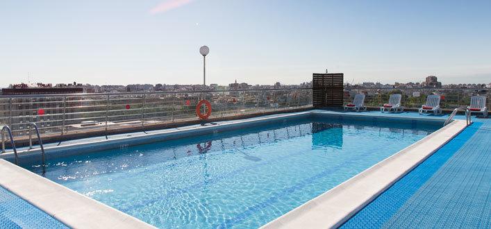 Hotel con piscina y vistas en valencia expo hotel valencia for Piscina valencia